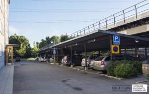 Precis brevid huset finns föreningens parkering belägen, både med platser i carport och vanliga markplatser.